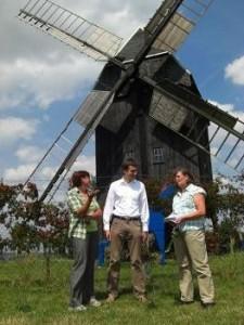 Im Gespräch mit Gabriele Schneider (rechts) von der Bürgerinitiative und Barbara Scheller